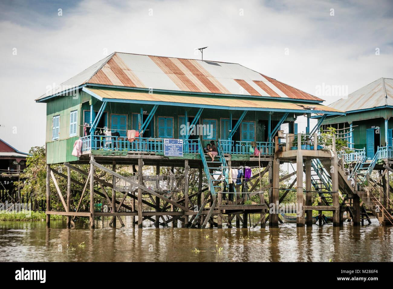 Il Tonle Sap sostentamento progetto edificio su stitls, Kampong Phluk villaggio galleggiante, Siem Reap Provincia, Immagini Stock