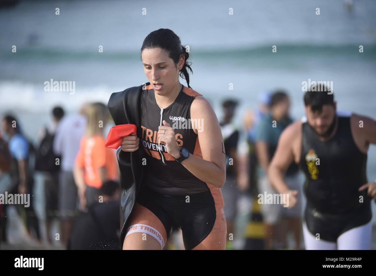 Rio de Janeiro - Brasile Ottobre 15, 2016 - concorrenti nel triathlon nella spiaggia di Barra da Tijuca Foto Stock