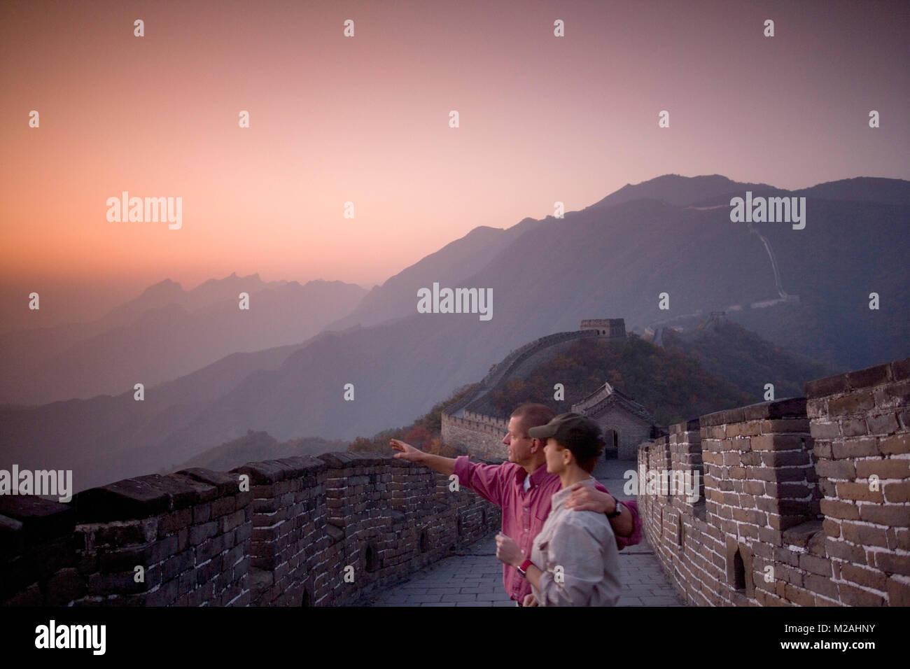 Cina. Mutianyu, nei pressi di Pechino. Il Grande Muro. UNESCO - Sito Patrimonio dell'umanità. I turisti. Foto Stock