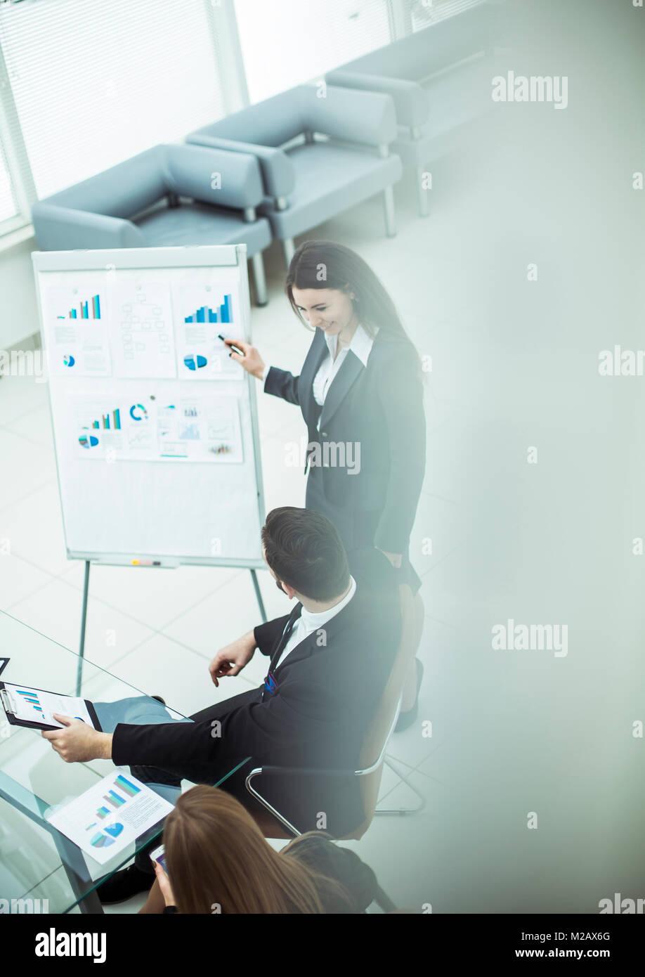 I membri di un team aziendale di discutere la presentazione di un nuovo progetto finanziario. Immagini Stock