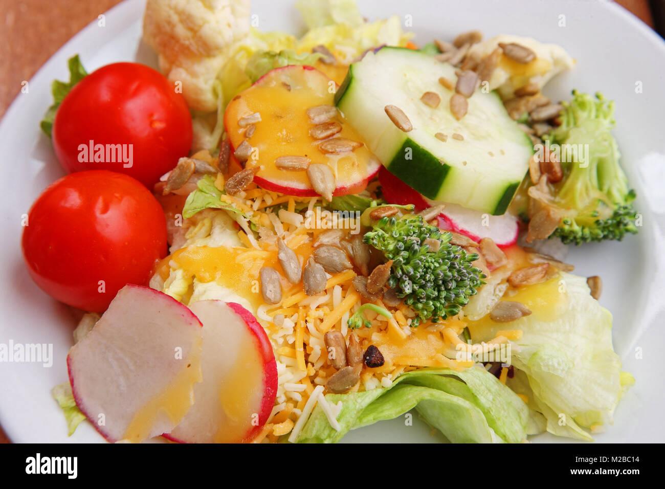 Lato verde insalata con formaggio medicazione Immagini Stock