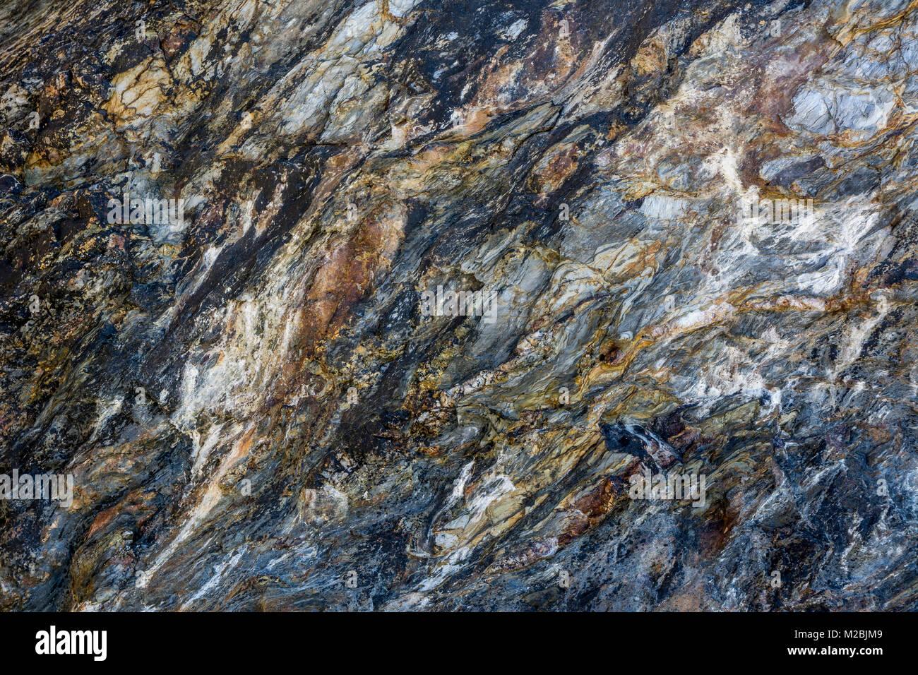 Un Gesteinsschichten einem Strand an der Steilküste bei Douarnenez / Bretagne / Frankreich Immagini Stock