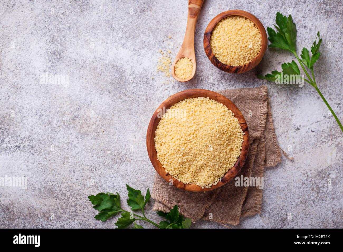 Il cous cous grano nel recipiente di legno Immagini Stock
