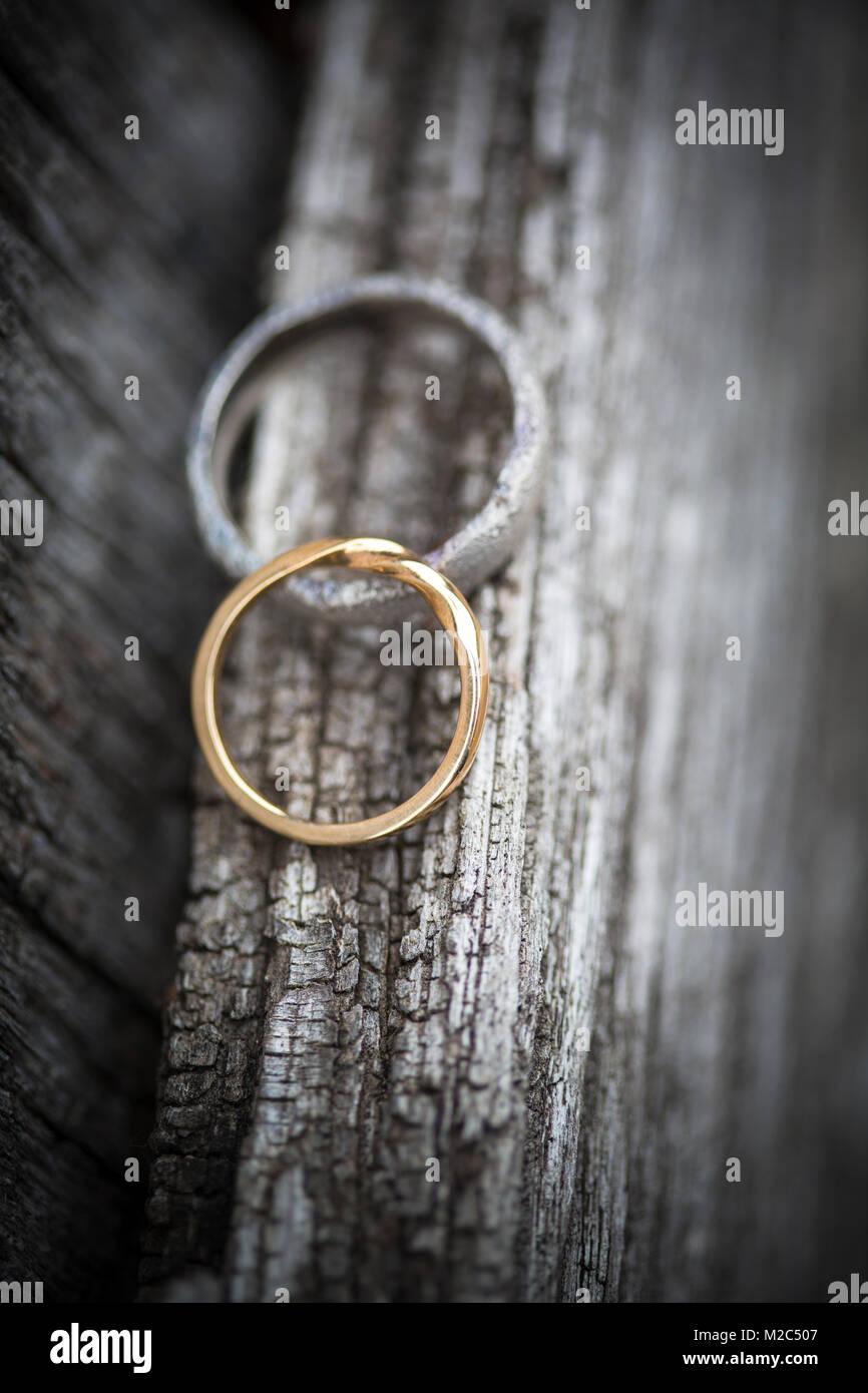 Due anelli di nozze su una superficie di legno, close-up Foto Stock
