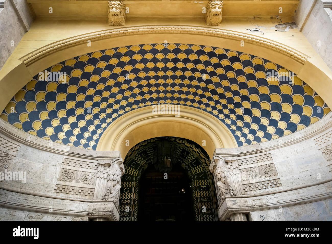 Decorazioni Per Soffitti A Volta : Casa facciata di edificio. particolare di una decorazione sul