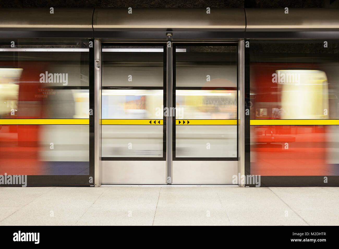 Platform Screen Doors sulla metropolitana di Londra a Canary Wharf Station di Londra, Regno Unito Immagini Stock