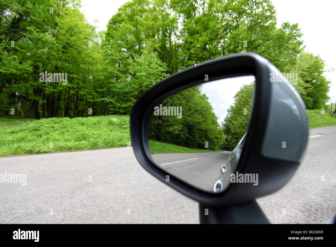 Strada forestale riflesso retrovisore guida auto mirror view foresta verde road Immagini Stock