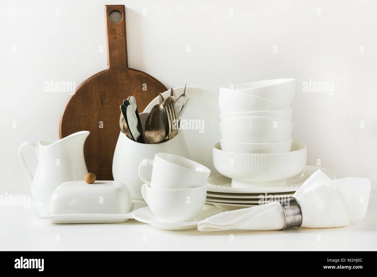 Oggetti per il servizio da tavola bianco per servire. Stoviglie ...