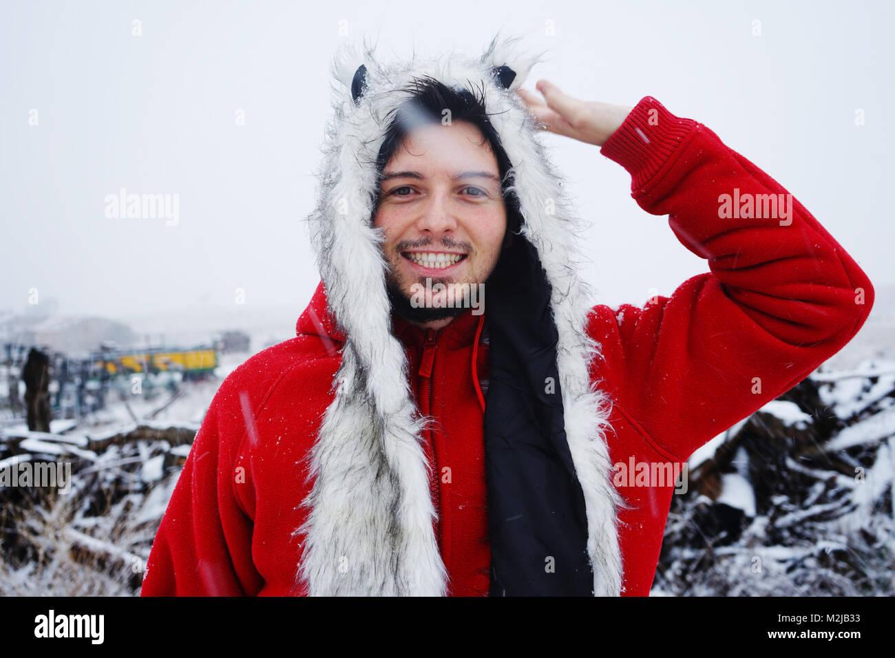 Giovane uomo godendo una giornata nevosa Immagini Stock