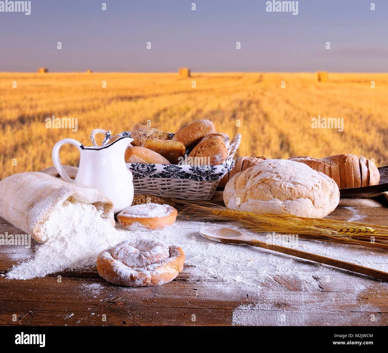Gli ingredienti sul tavolo del panificio. Immagini Stock