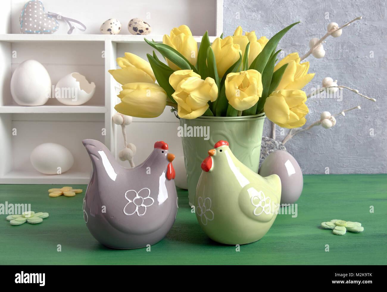 Uova Di Pasqua Ceramica.Composizione Di Pasqua Con Tulipani Gialli Fiori Di Feltro