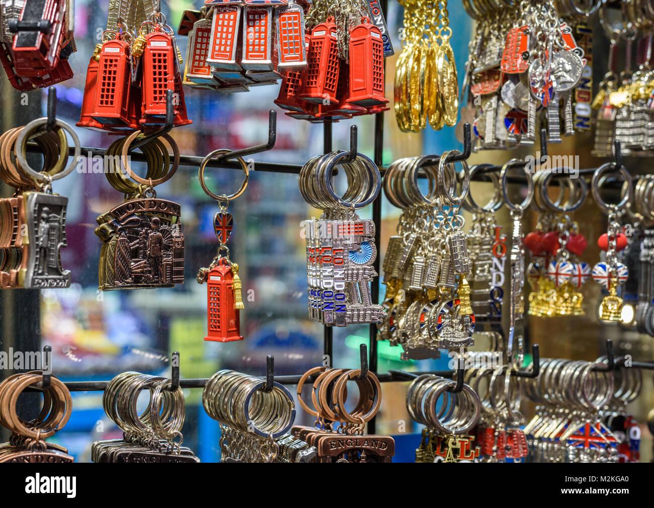 Una selezione di portachiavi di Londra negozio di souvenir in vendita. Immagini Stock