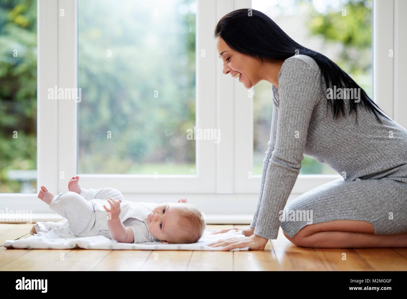 Madre interagenti con il suo bambino Immagini Stock