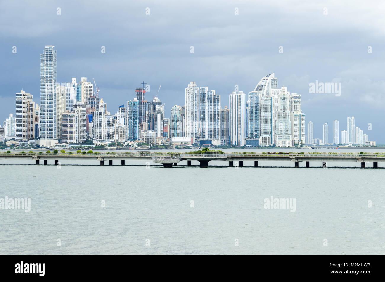 37040f3813 Panama City, Panama - 3 Novembre 2017: boom di costruzione nella città di  Panama. Skyline della Città di Panama in un giorno nuvoloso con edifici  moderni.
