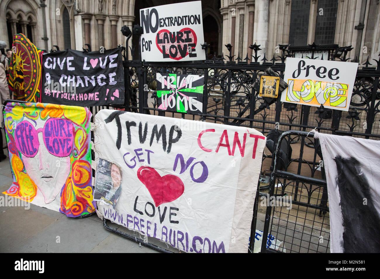 Londra, Regno Unito. 5 febbraio, 2018. Banner appesi al di fuori della Royal Courts of Justice dai sostenitori del Immagini Stock