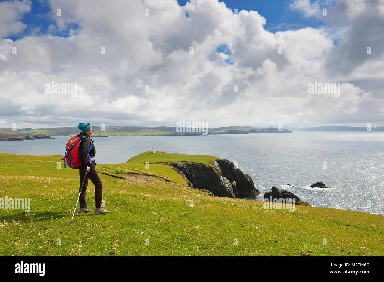 Donna escursionismo in Hillswick, Scozia Immagini Stock