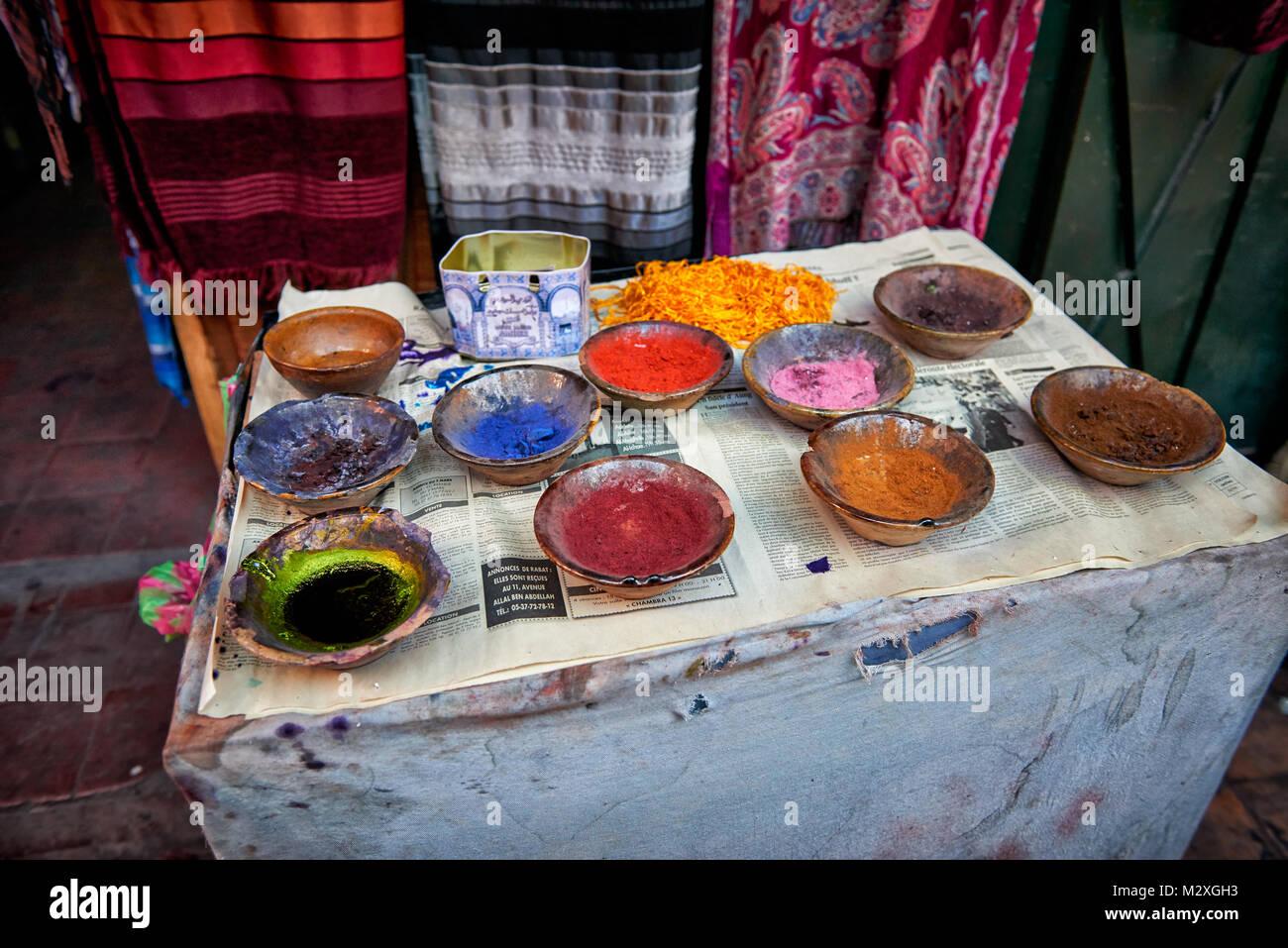 Colori diversi per la lana di morire di Suk di tessili di Marrakech, Marocco, Africa Immagini Stock
