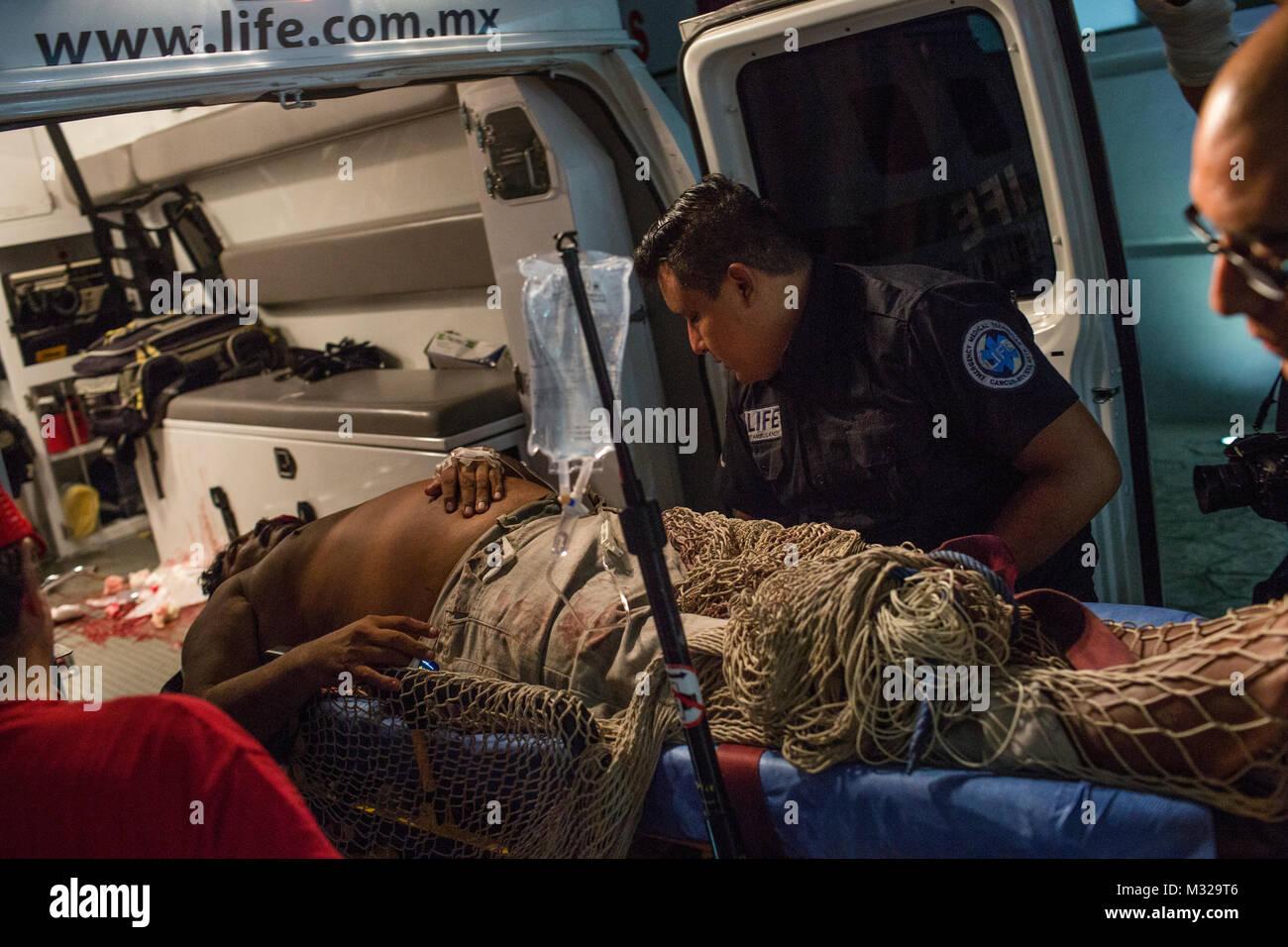I paramedici lo scaricamento di un paziente presso l'Ospedale Generale di Cancun, Messico, sulla luglio 11, Immagini Stock