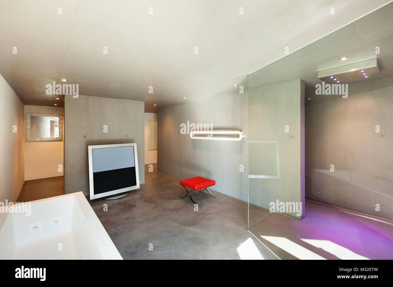 Il design moderno interni casa bagno con tv foto & immagine stock
