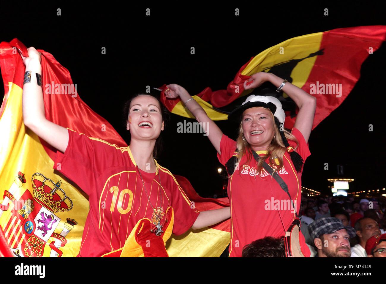 Laut jubelnde Fußballfans beim Sieg von Spanien gegen Italien an der Fanmeile zur Europameisterschaft 2012 am Brandenburger Tor in Berlino. Foto Stock