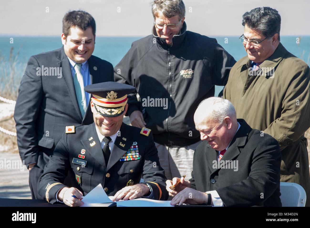 NORFOLK, Virginia - Col. Paul Olsen, Distretto di Norfolk commander, e Paolo Fraim; sindaco di Norfolk, Virginia; Immagini Stock