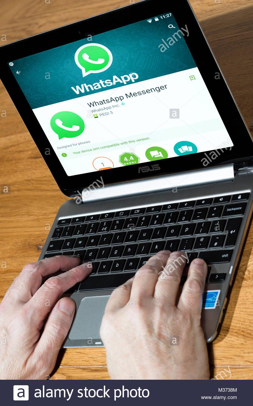 Un open Asus Chromebook con Whatsapp Messenger, l'instant messaging app, sullo schermo. Il Dorset, Inghilterra Immagini Stock