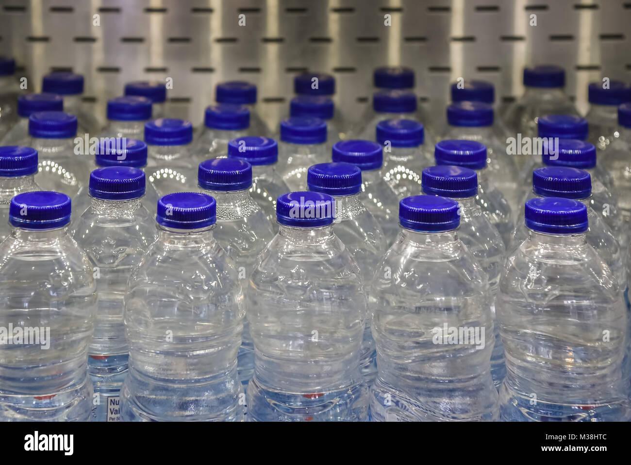 Primo piano di acqua in bottiglia in drogheria - logo rimosso Immagini Stock