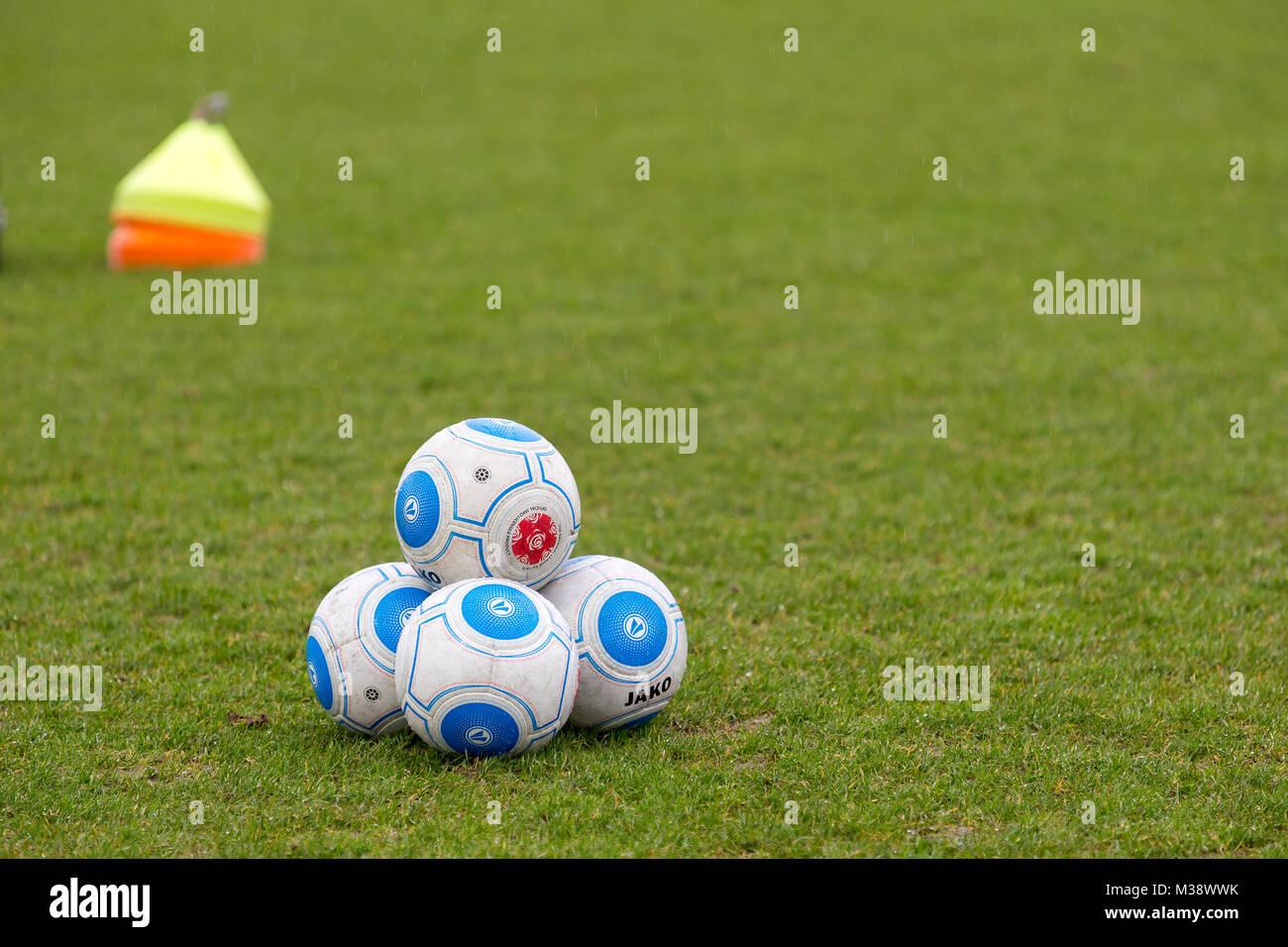 Jako palloni da calcio impilati su un campo di calcio prima di un ...