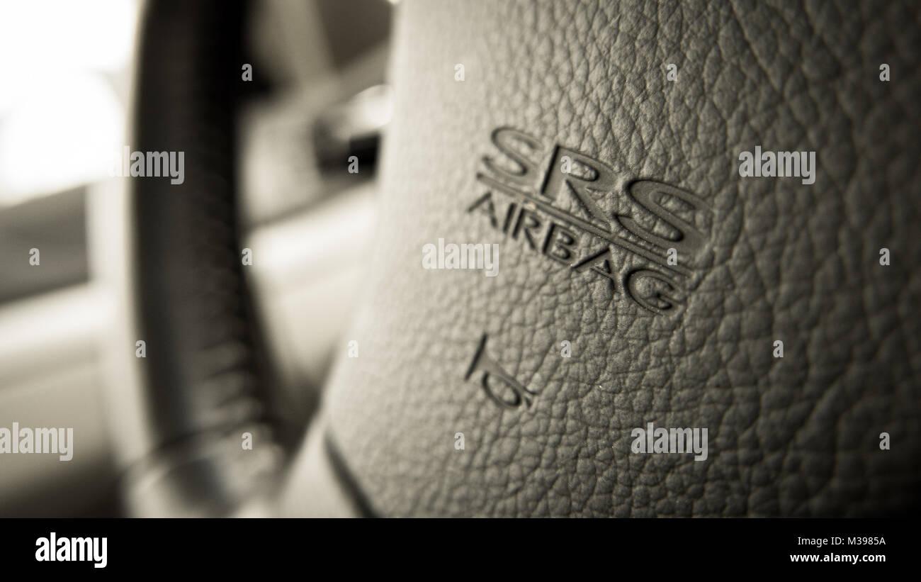 Close up della Subaru SRS Airbag logo su Subaru volante Immagini Stock