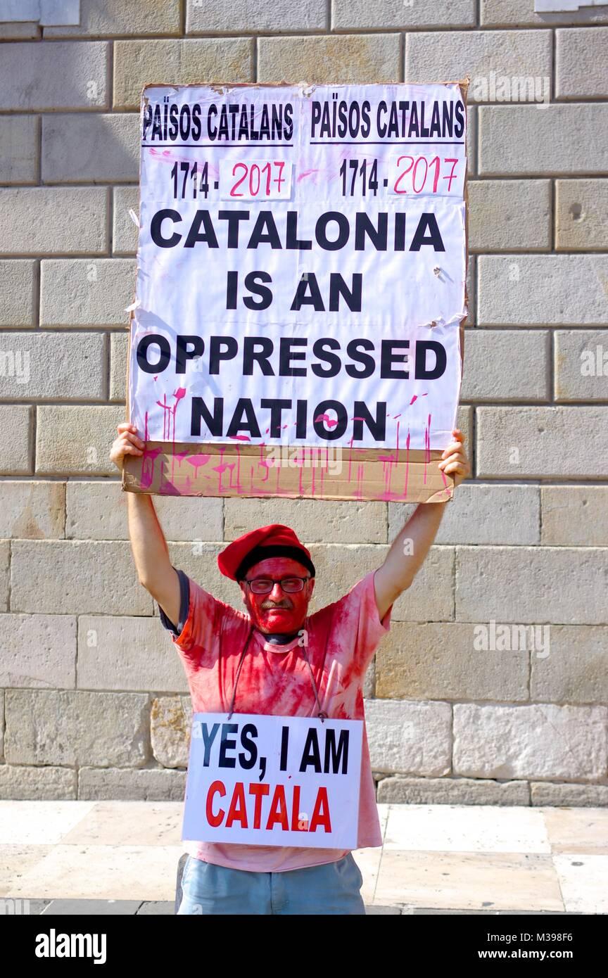 Il Catalano Blloody protester tenendo un slogan Immagini Stock