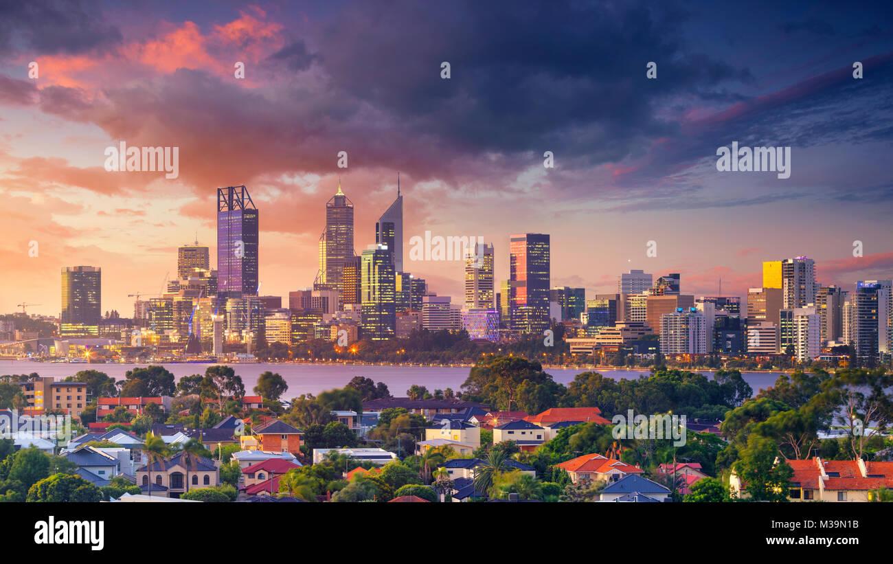 Perth. Antenna panoramica cityscape immagine dello skyline di Perth, Australia durante il tramonto spettacolare. Immagini Stock