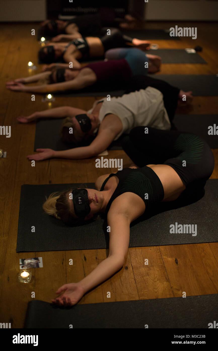Gli occhi bendati yoga classe a Londra, Inghilterra REGNO UNITO Immagini Stock