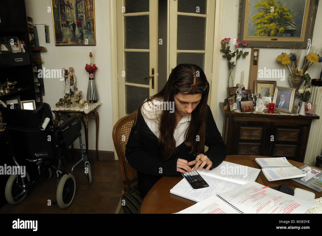 Ragazza giovane facendo home ingegneria chimica homeworks a casa Immagini Stock