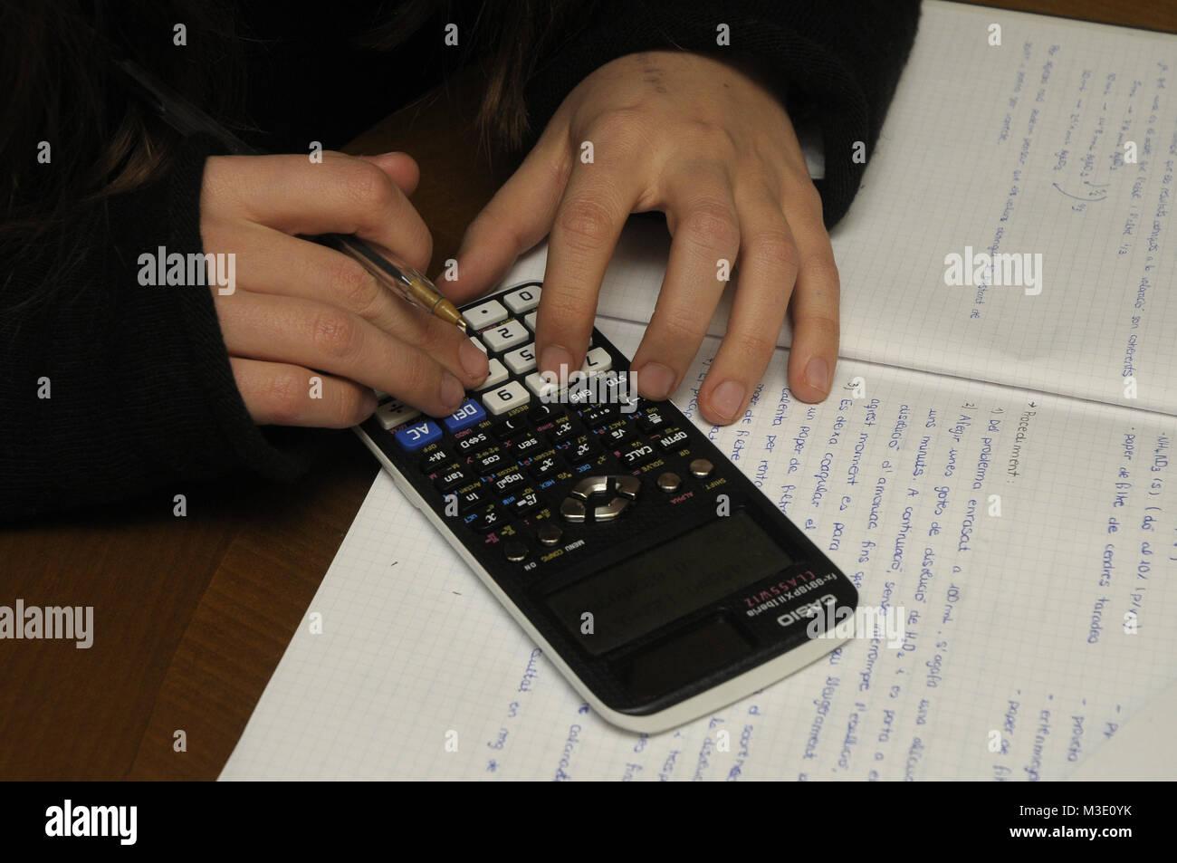 Mani con un calcolatore elettronico da un ingegneria chimica studente Immagini Stock