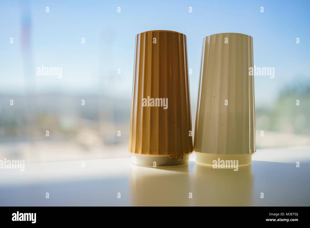 Due lattine di stagionatura sedersi sul tavolo, visto a Los Angeles Immagini Stock