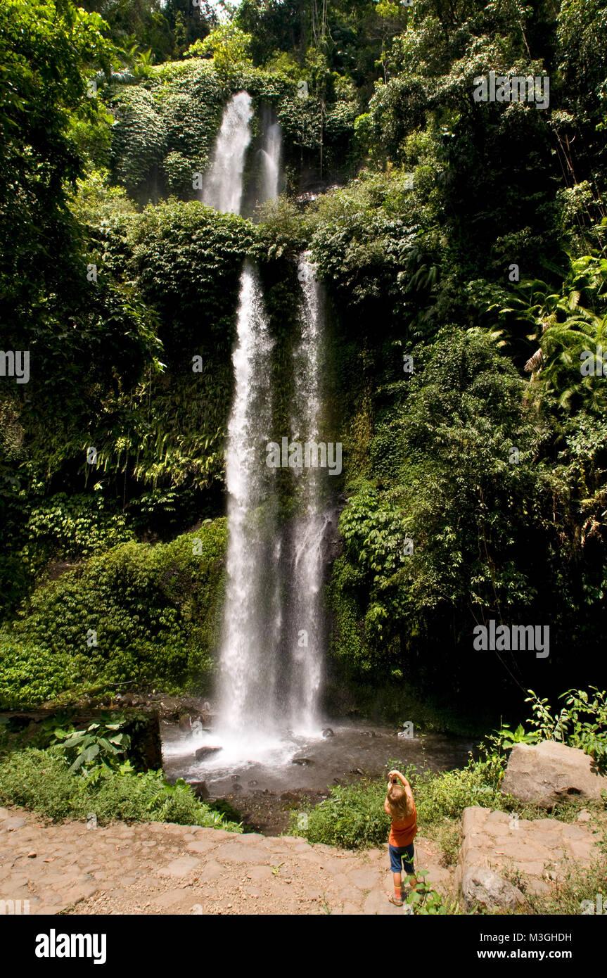 Cascate di aria Terjun Singang Gila, a nord di Lombok e vicino alla città di Senaru. Benang Kelambu cascate nella Foto Stock