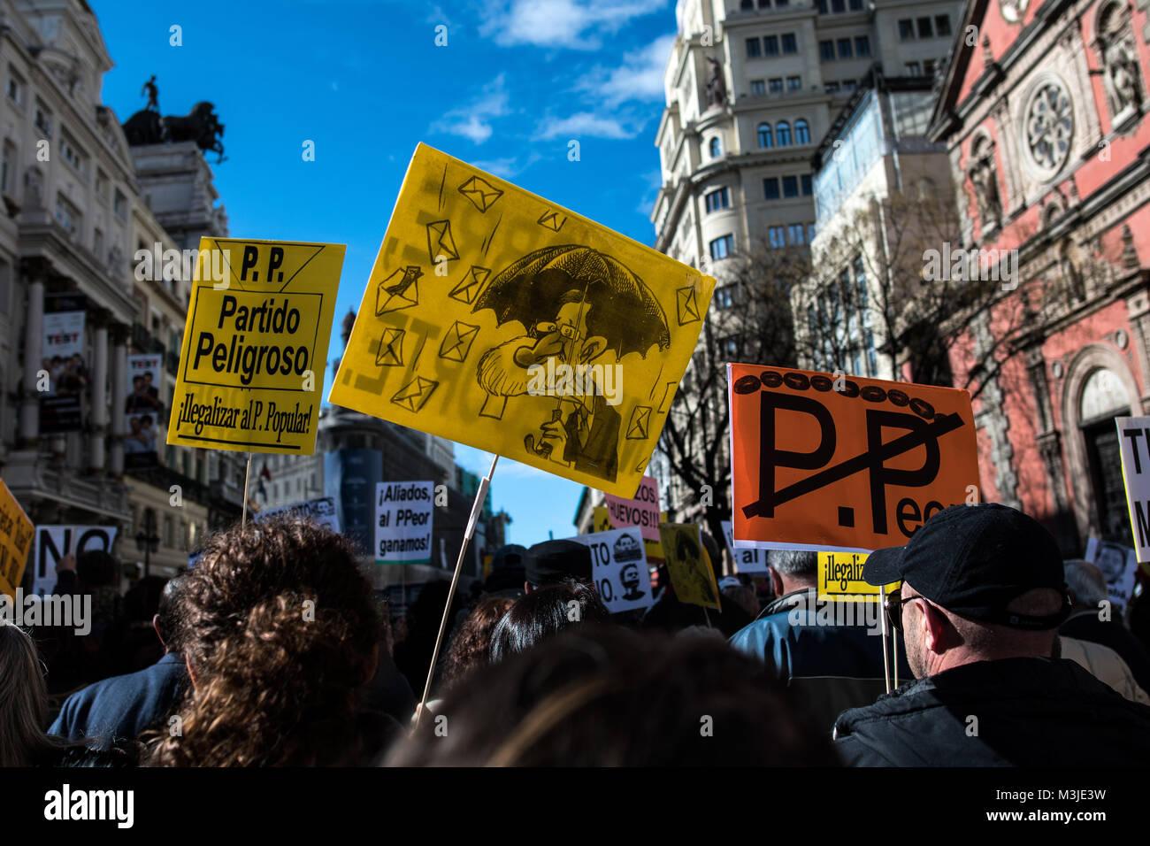Madrid, Spagna. Xi Febbraio, 2018. Persone che trasportano i cartelli contro il Partito popolare durante una dimostrazione Immagini Stock