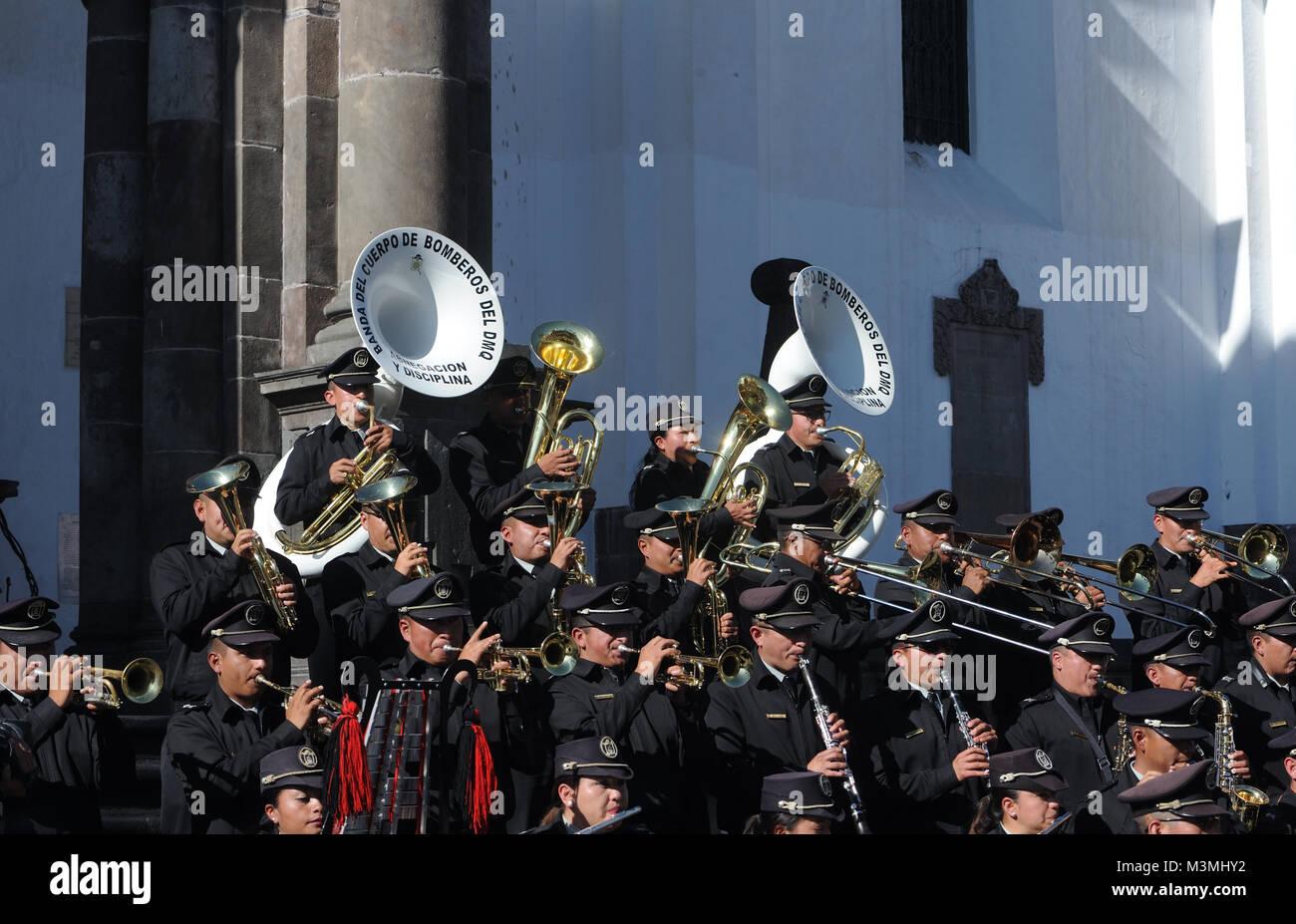 """Banda del Cuerpo de Bomberos del DMQ, banda di Quito Vigili del fuoco, con il motto """"Abnegacion y disciplina' Immagini Stock"""