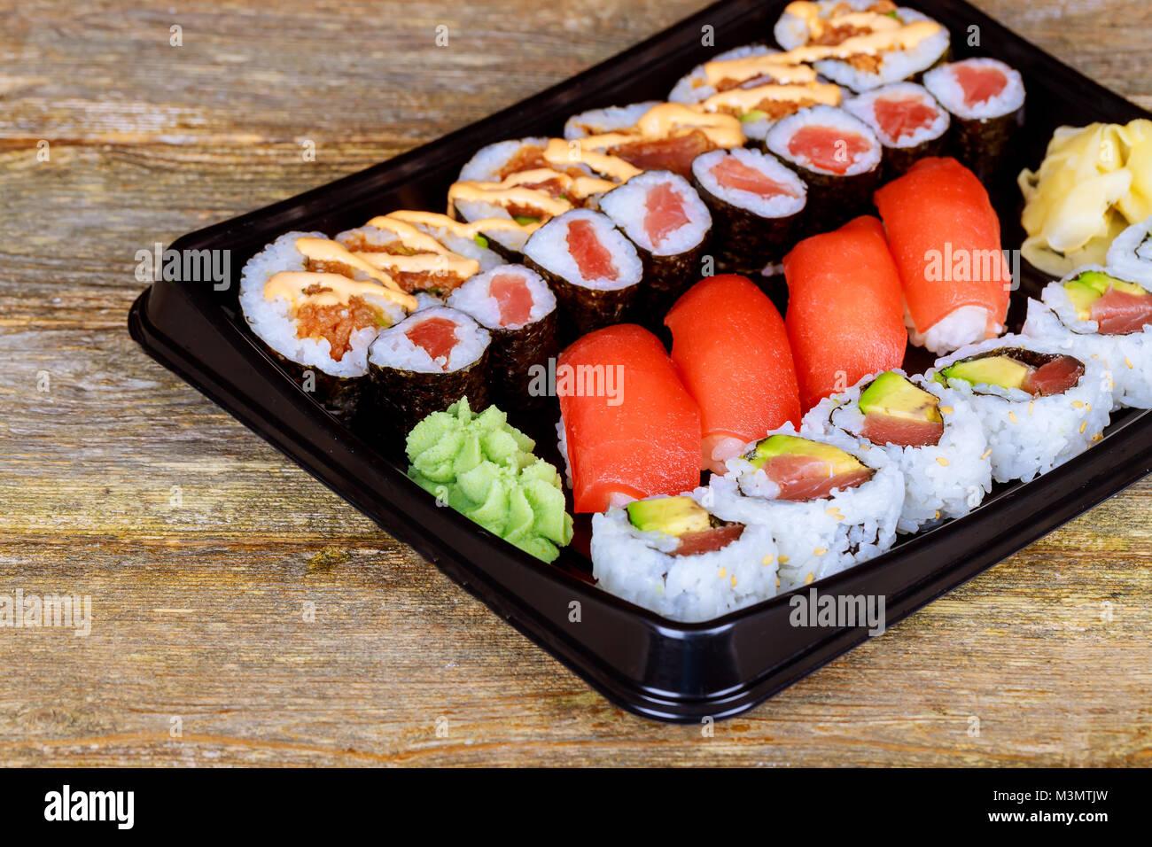 Rainbow Roll sushi con salmone, anguilla, tonno, avocado, royal boreale,  crema di formaggio Philadelphia, caviale tobica, chuka. Menu Sushi Il cibo