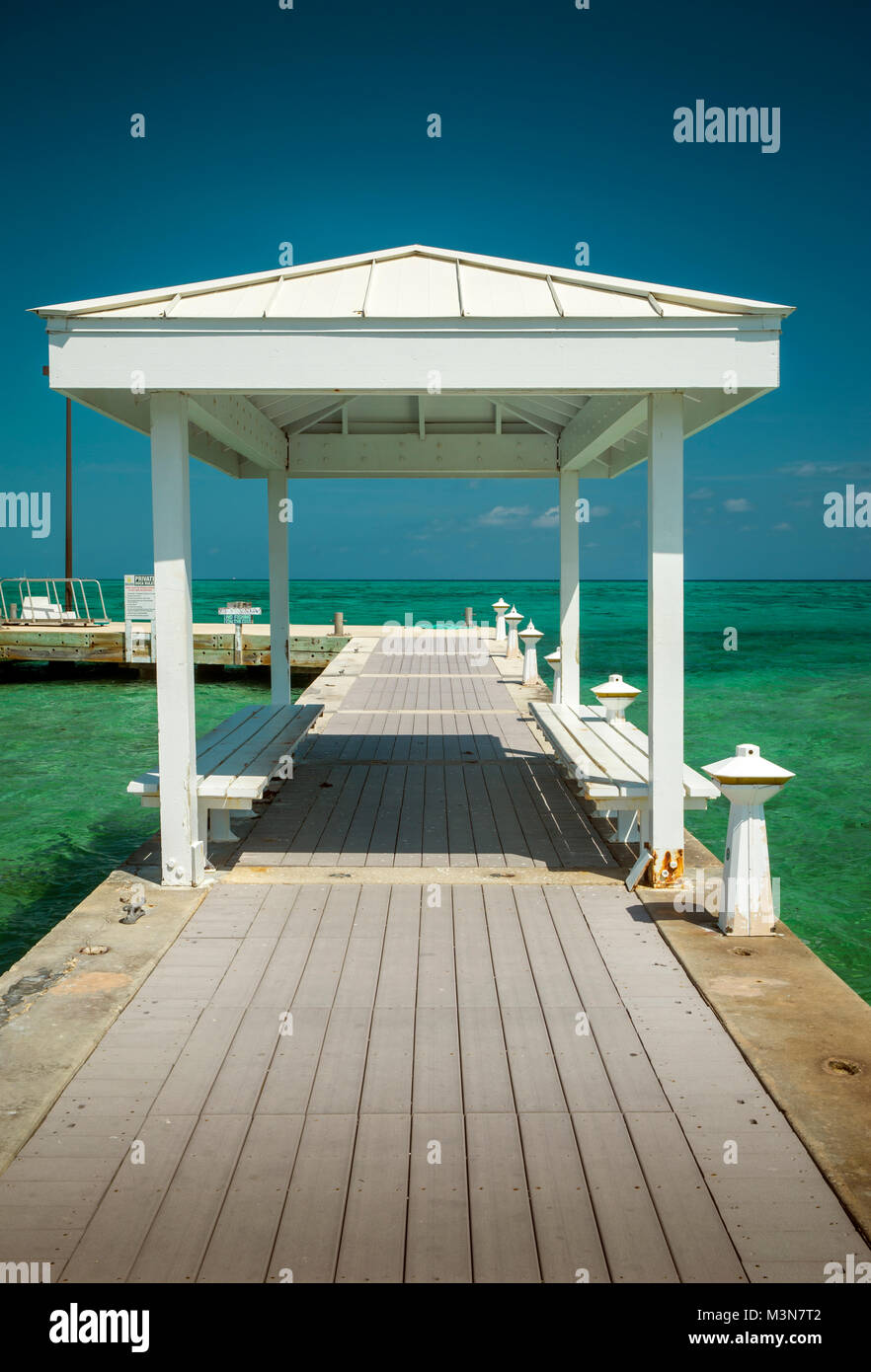 Ponte di legno in Rum Point sull'isola Grand Cayman Immagini Stock