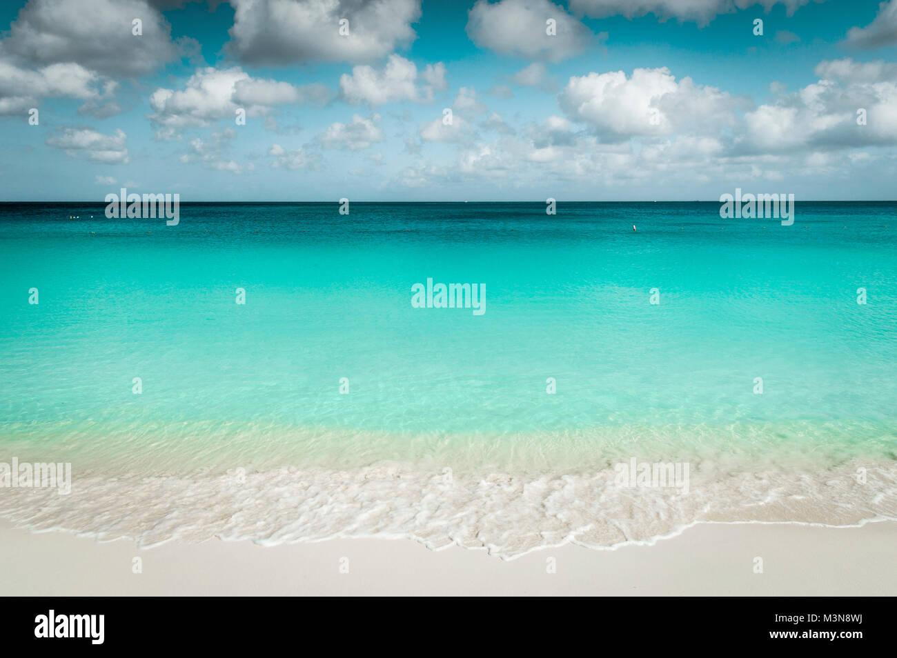 Bella Eagle Beach sull'isola di Aruba Immagini Stock