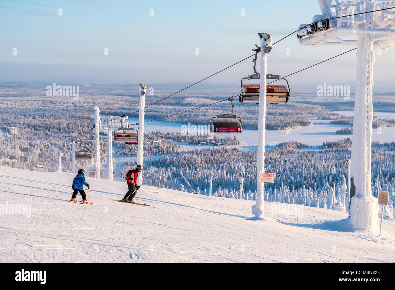 Gli sciatori sulle piste presso la stazione sciistica di Ruka in Finlandia Immagini Stock