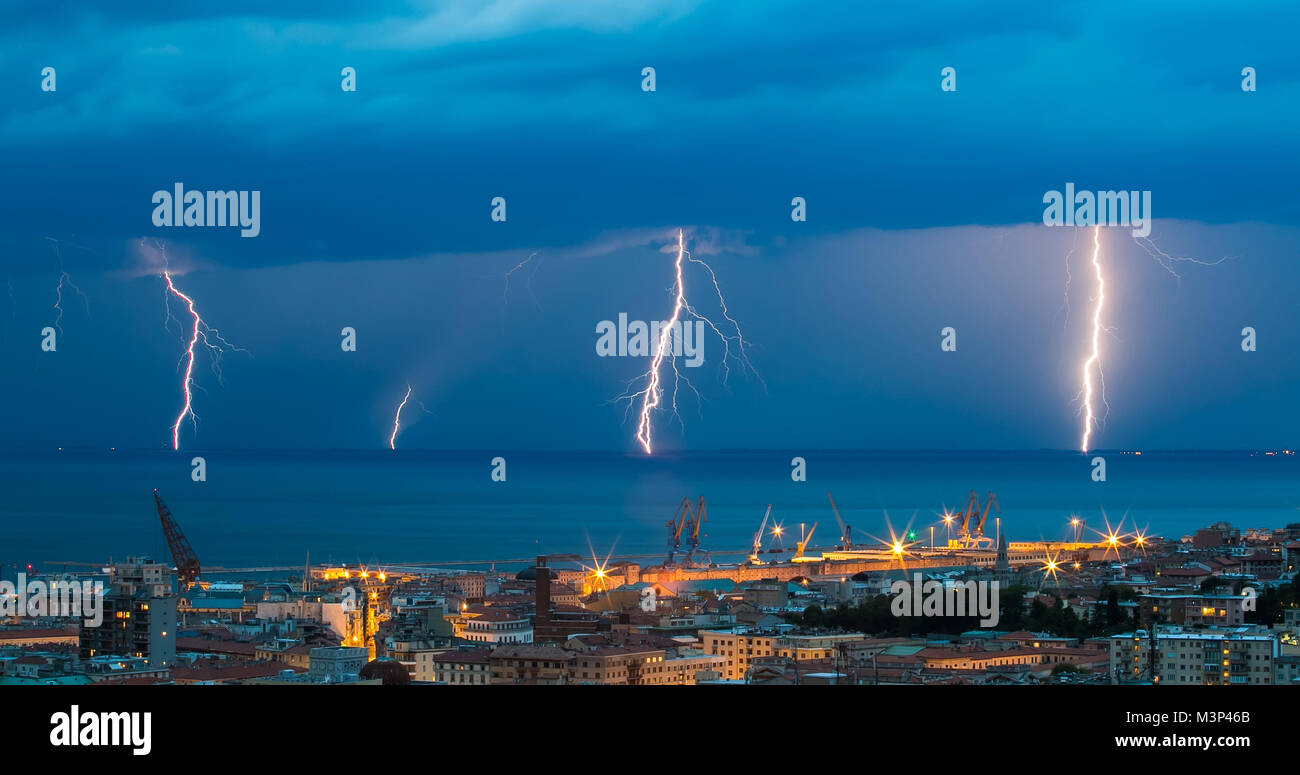 Tempesta Tuono Fulmine Sullo Sfondo Del Mare Di Notte Foto