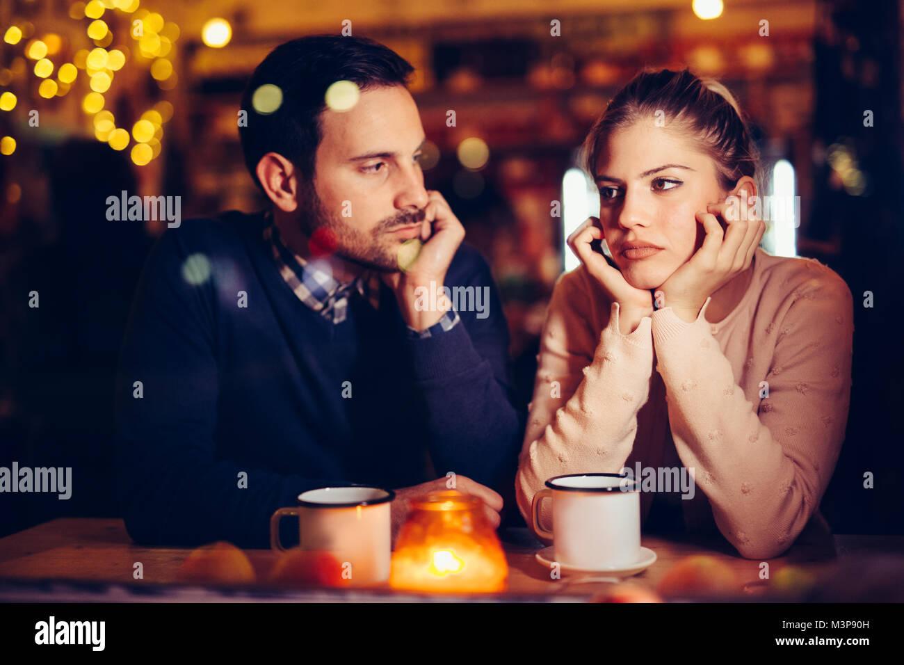 Triste giovane avente i conflitti e i problemi di relazione Foto Stock