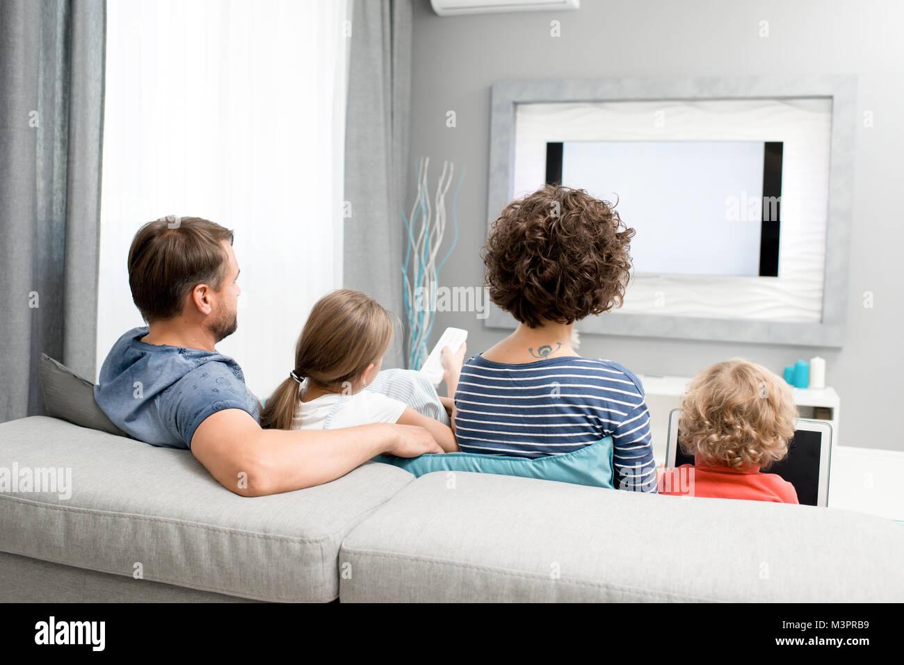 Famiglia a guardare la TV in soggiorno Foto & Immagine Stock ...