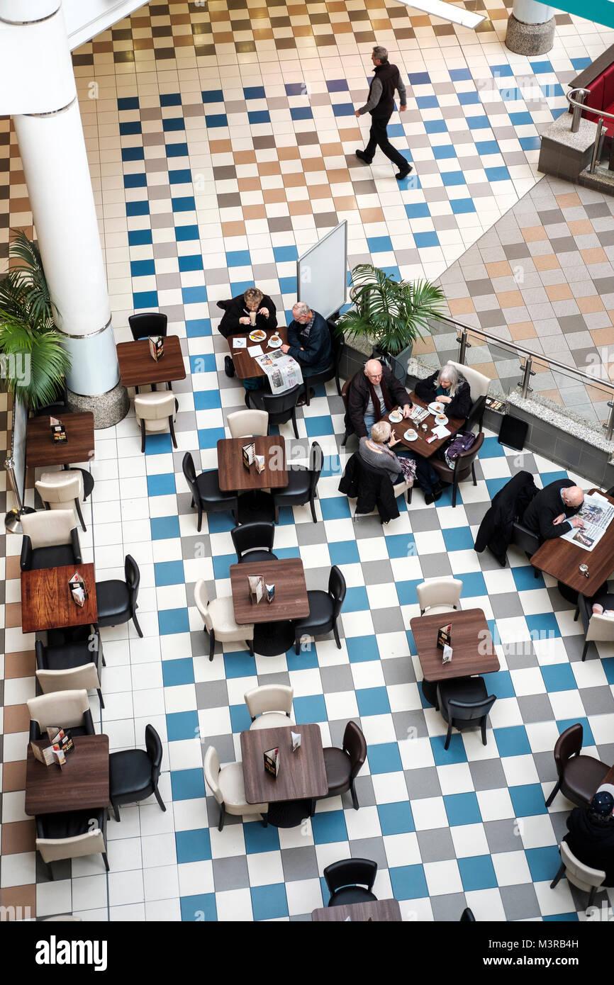 Vista in elevazione-coppie senior in cafe, Saint Nicholas Center,Sutton,Surrey, Regno Unito Immagini Stock