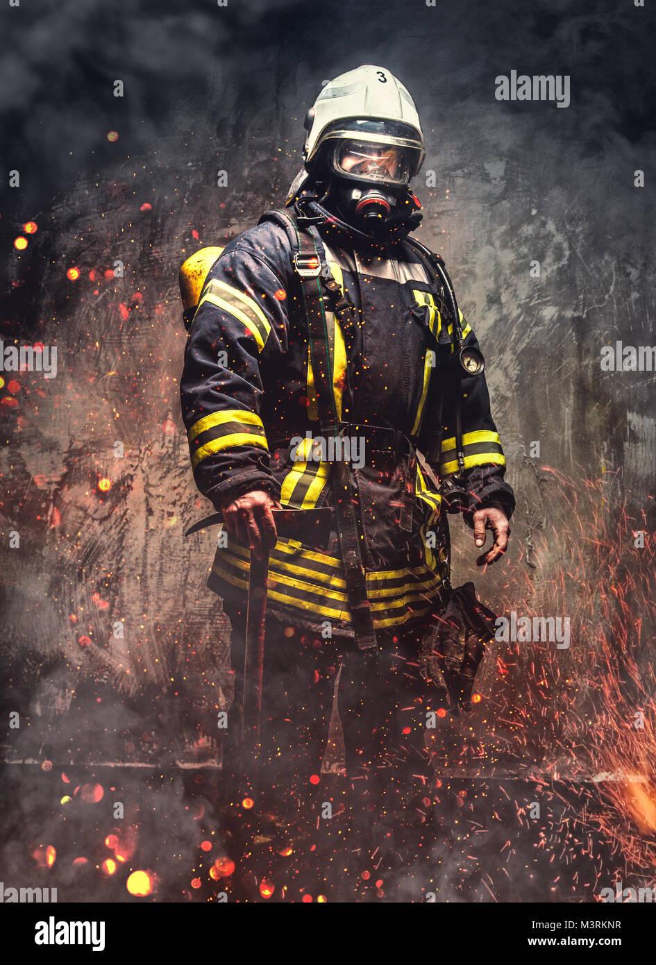 Uomo di salvataggio in vigile del fuoco uniforme. Immagini Stock
