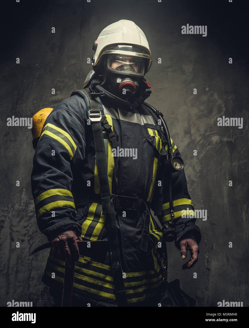 Ritratto di vigile del fuoco nella maschera di ossigeno. Immagini Stock