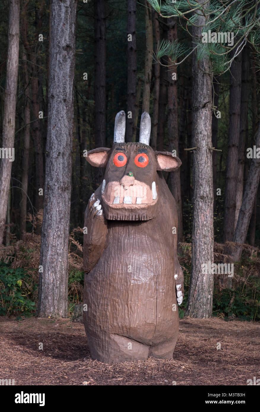 The Gruffalo intaglio del legno in Delamere Forest, Delamere, Cheshire, Inghilterra, Regno Unito Immagini Stock