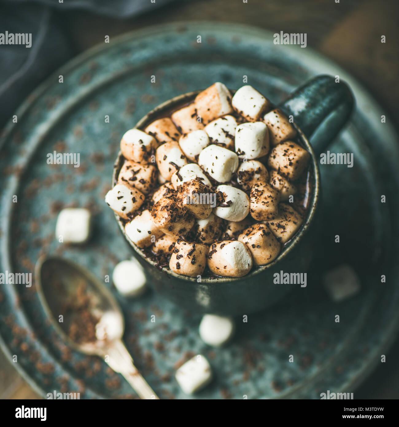 Riscaldamento invernale dolce bere cioccolata calda con marshmallows, quadrato ritaglia Immagini Stock